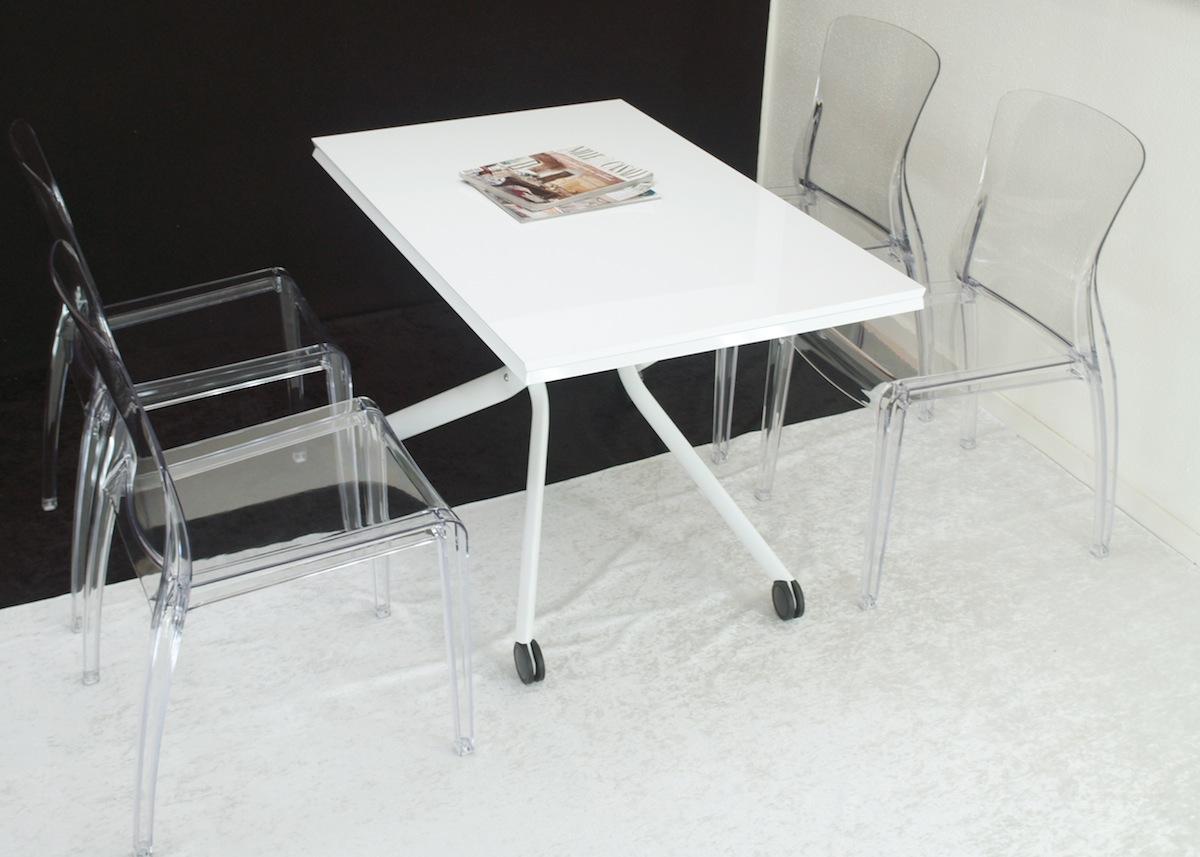 華やかな赤茶色のチェリー色テーブル